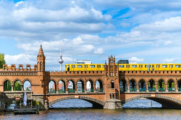 oberbaum brücke in berlin, deutschland - oberbaumbrücke stock-fotos und bilder