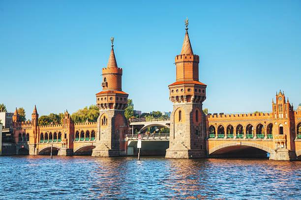 oberbaum brücke in berlin - oberbaumbrücke stock-fotos und bilder
