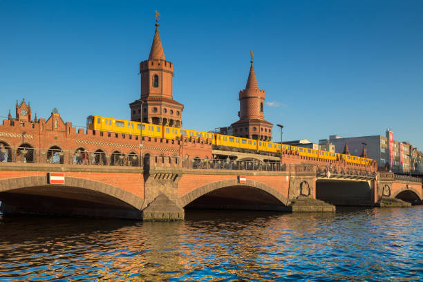 oberbaum bridge with spree river at sunset, berlin, germany - oberbaumbrücke stock-fotos und bilder