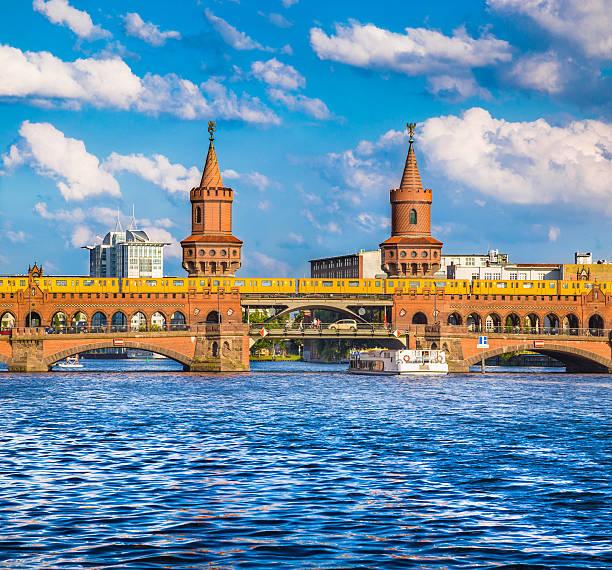 oberbaum brücke mit der spree in berlin, deutschland - oberbaumbrücke stock-fotos und bilder