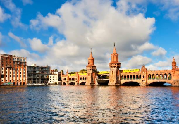 oberbaumbruecke in berlin an einem sonnigen tag - oberbaumbrücke stock-fotos und bilder