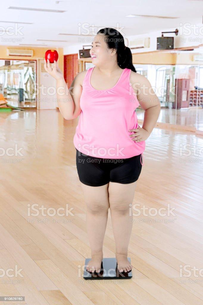 Obez kadın spor merkezi teraziler ile stok fotoğrafı