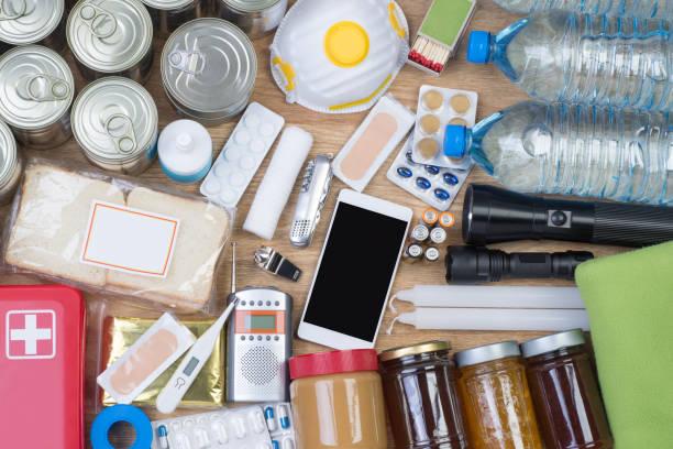 Objetos útiles en situaciones de emergencia como los desastres naturales - foto de stock