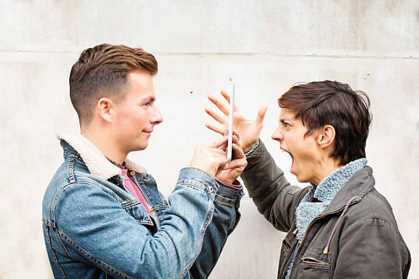 nichts mann verwendet tablet, schild sich von schreien partner - liebeskummer englisch stock-fotos und bilder
