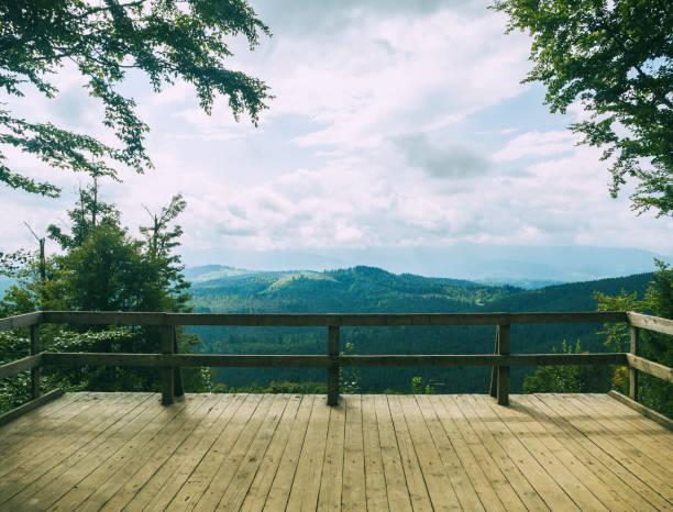 Deck de observação sobre a paisagem de montanha - foto de acervo