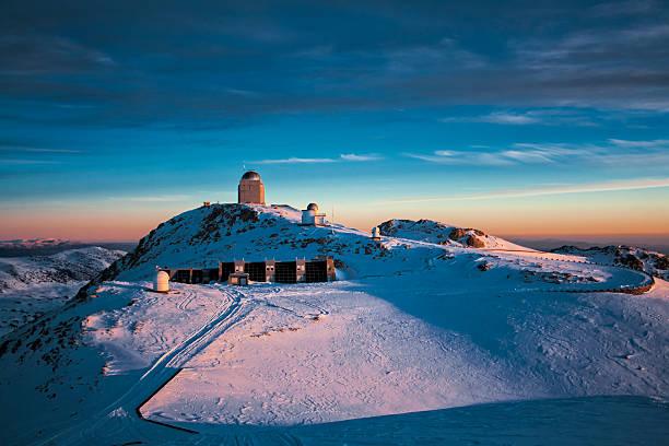 observatorium bei sonnenaufgang - hohe warte stock-fotos und bilder