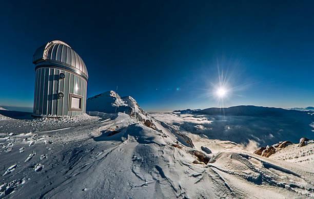 observatorium über den wolken - hohe warte stock-fotos und bilder