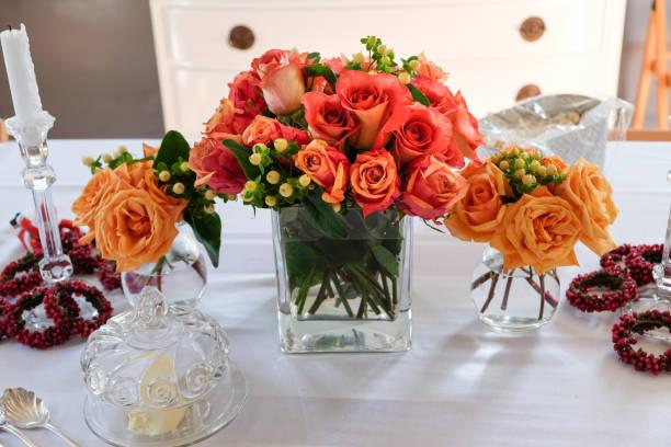 gelegenheiten - schönes florales mittelstück auf tisch - roten küchentische stock-fotos und bilder