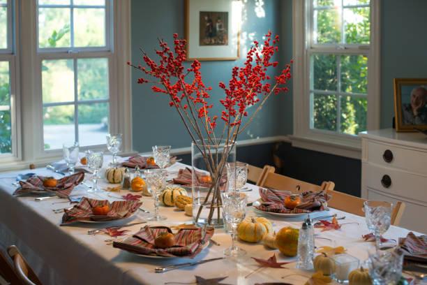 gelegenheiten - erntedankfest tabelle einstellung - roten küchentische stock-fotos und bilder
