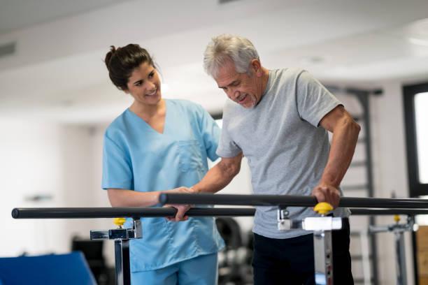 ergotherapeutin und ältere patienten arbeiten mit barren zu fuß - orthopädisches hilfsmittel stock-fotos und bilder