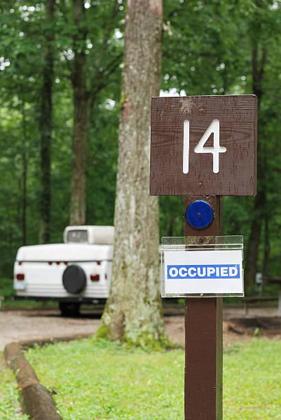 belegten campingplatz - pop up stock-fotos und bilder