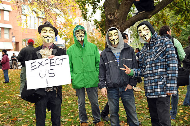 occupy protesters mit guy fawkes masken - guy fawkes maske stock-fotos und bilder