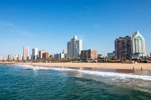 Meer und Strand gegen City Skyline Durban Südafrika – Foto