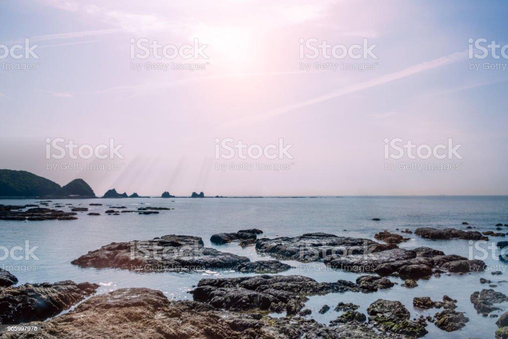 Oceanen kusten Full av stenar - Royaltyfri Asien Bildbanksbilder