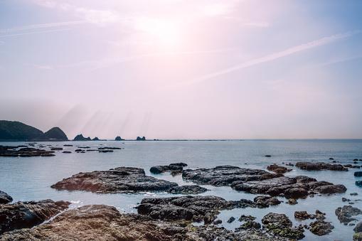 Oceaan Kust Vol Rotsen Stockfoto en meer beelden van Achtergrond - Thema