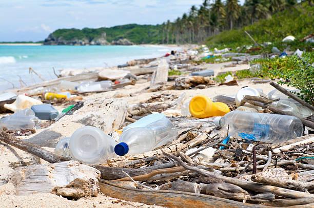 dumping-total al mar en una playa tropical de contaminación - contaminación ambiental fotografías e imágenes de stock