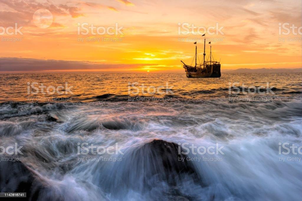 Ocean Sunset Pirate Ship Fantasy – Foto