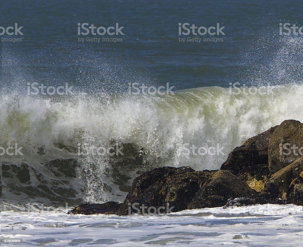 Ocean Surf Breaking Over Jetty royaltyfri bildbanksbilder