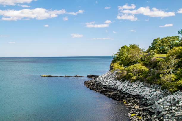 ocean view from the cliff walk in newport rhode island - klif zdjęcia i obrazy z banku zdjęć