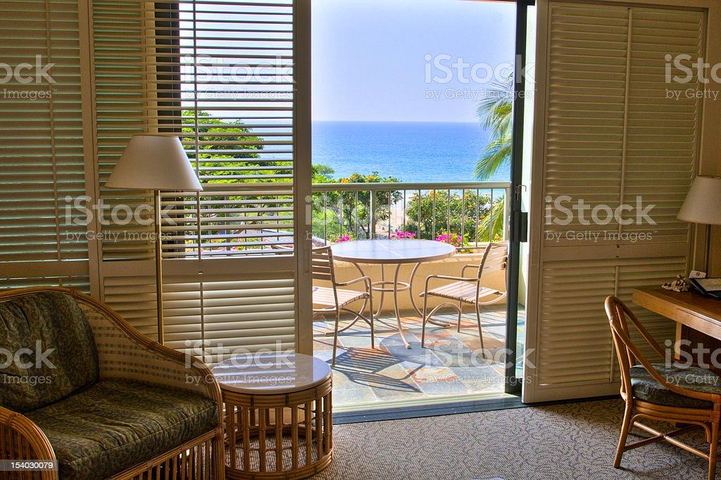 Meerblick von der wunderschönen tropischen resort Zimmer mit Balkon. – Foto
