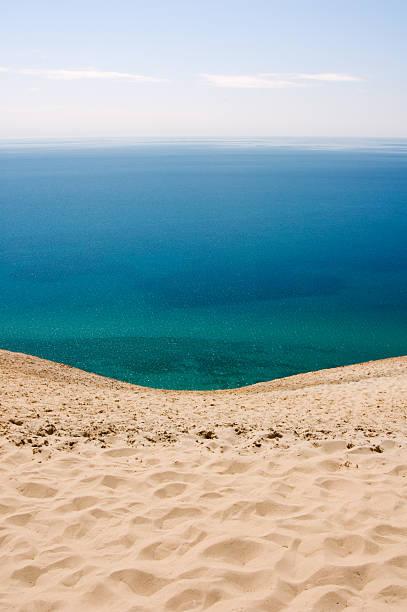 """blick auf das meer, blue water """"horizon"""" - lake michigan strände stock-fotos und bilder"""