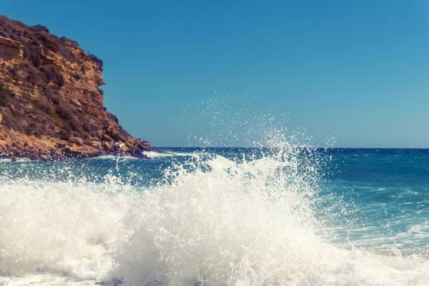 Ozeanwelle kollidiert mit verwitterten Felsen an der Algarve, Portugal – Foto