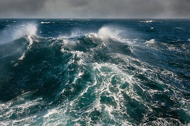 meer welle bei sturm auf den atlantischen ozean - roll tide stock-fotos und bilder