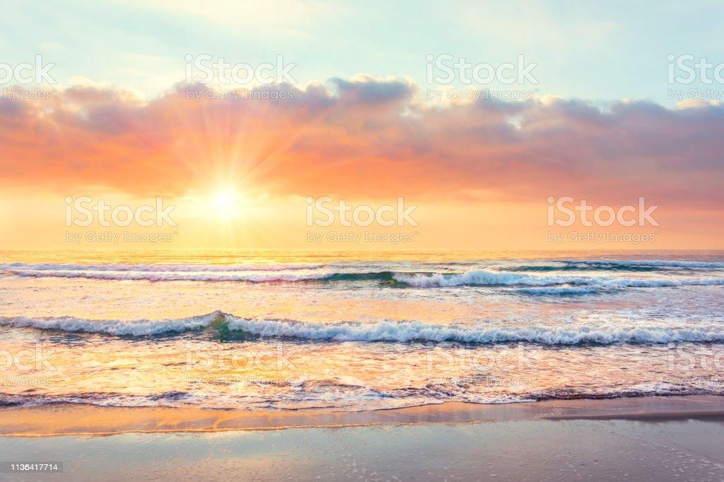 Günbatımı zaman sahilde okyanus dalgası, Güneş ışınları. - Royalty-free Akşam karanlığı Stok görsel