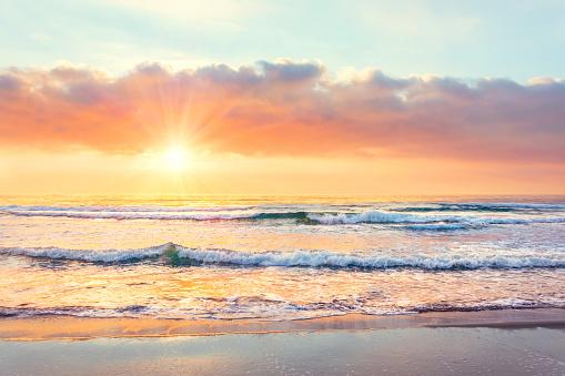 Günbatımı Zaman Sahilde Okyanus Dalgası Güneş Işınları Stok Fotoğraflar & Akşam karanlığı'nin Daha Fazla Resimleri