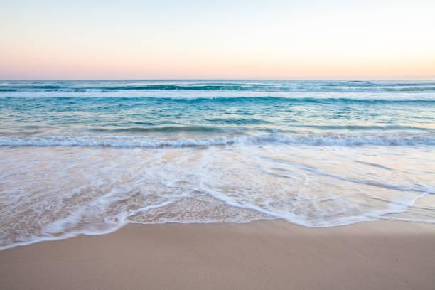 olas del mar en la playa de arena - playa fotografías e imágenes de stock