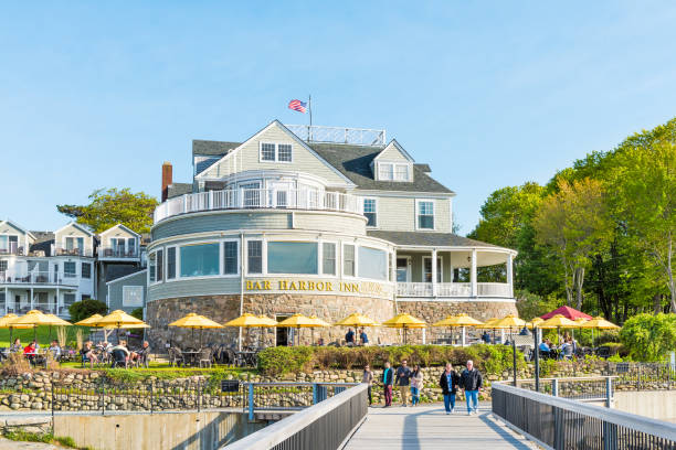 Oceanfront resort inn with waterfront restaurant in downtown village in summer Bar Harbor: Oceanfront resort inn with waterfront restaurant in downtown village in summer inn stock pictures, royalty-free photos & images