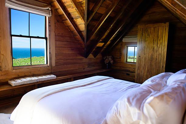 zimmer in oceanside - cottage schlafzimmer stock-fotos und bilder