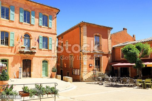 Beautiful little Provencal village to explore, in the picturesque Luberon region, with its shady squares, its architectural details and the color of its beautiful houses.