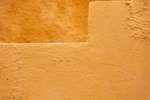 ocher gelb wand textur grunge hintergrund, nahaufnahme - bild wandtreppe stock-fotos und bilder
