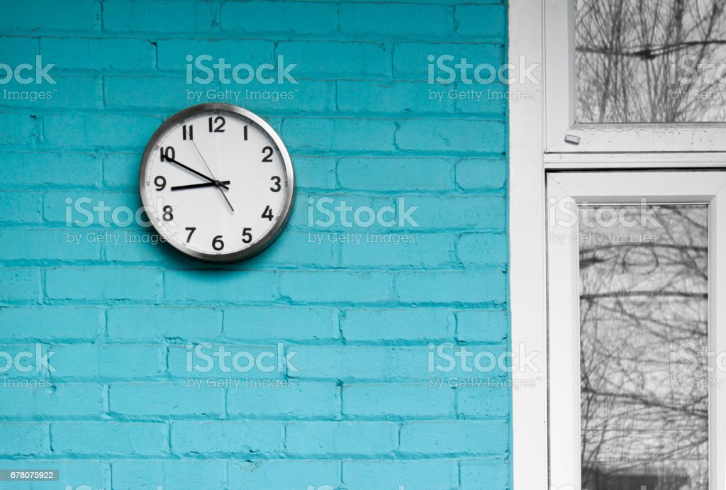 9 o'clock and turquoise wall – Foto