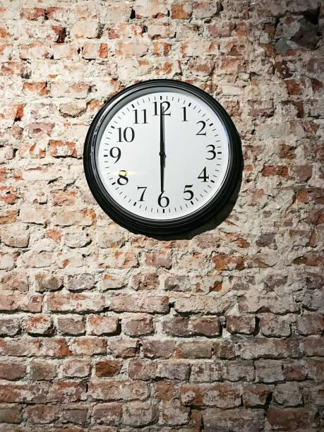 6 en punto - wall clock fotografías e imágenes de stock
