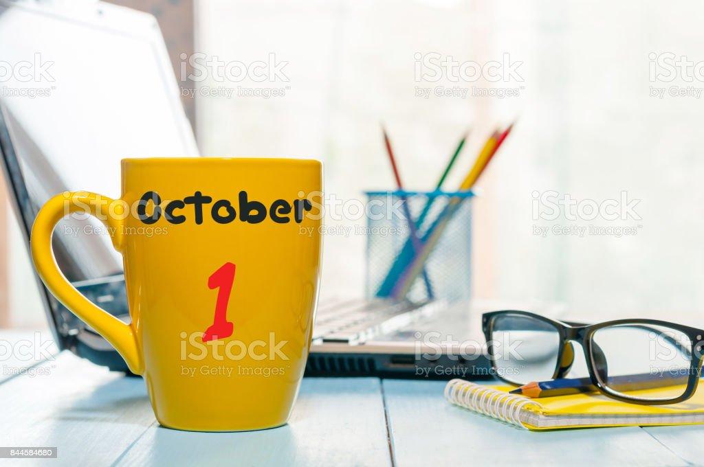 Am 1. Oktober. 1. Tag des Monats. Kalender auf Tasse am Morgen Kaffee oder Tee Lehrer, Student am Arbeitsplatz-Hintergrund – Foto