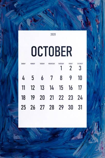 octubre 2020 calendario simple sobre el color azul clásico de moda - boss's day fotografías e imágenes de stock