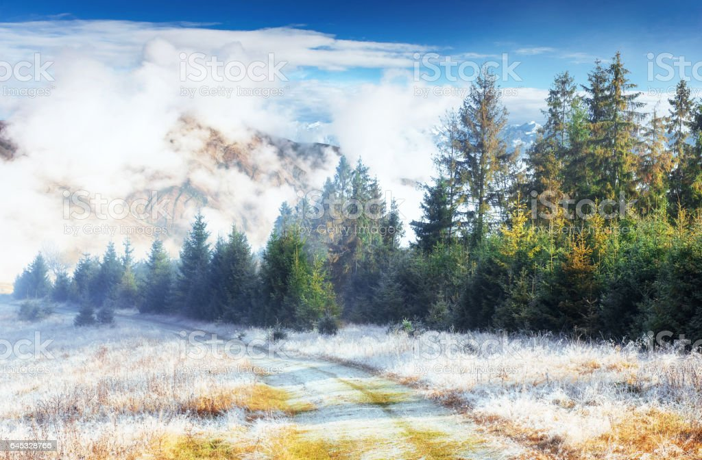 October mountain range in the first winter days - foto de stock