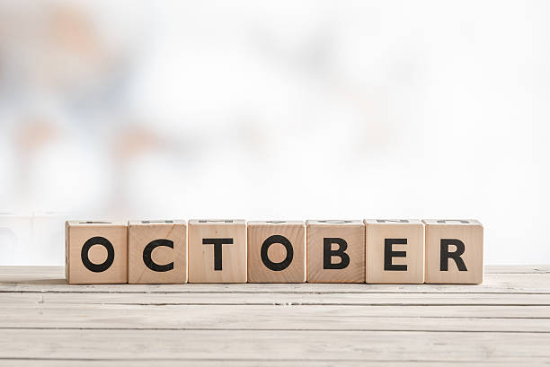 oktober-zeichen gemacht aus holz würfel - sprüche kalender stock-fotos und bilder