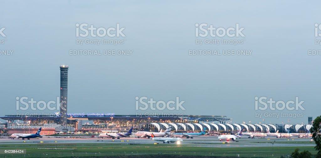 BANGKOK, Tailandia - 01 de octubre de 2016: Aeropuerto de Suwannabhumi - foto de stock