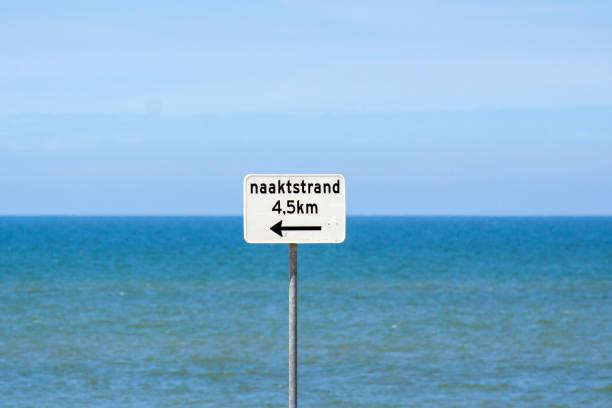 ungerade straßenschild: fkk-strand - fkk strand stock-fotos und bilder