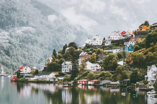 Odda befindet sich in Norwegen Landschaft nebligen Bergen und Wasserreflexion – Foto