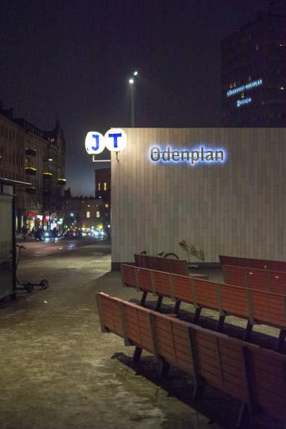 odenplan station exteriör med neonskylt och symboler för pendeltåg och tunnelbana på natten - tunnel trafik sverige bildbanksfoton och bilder