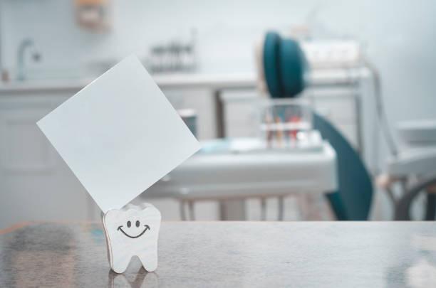 zahnärztliche büro - papierrollenhalter stock-fotos und bilder