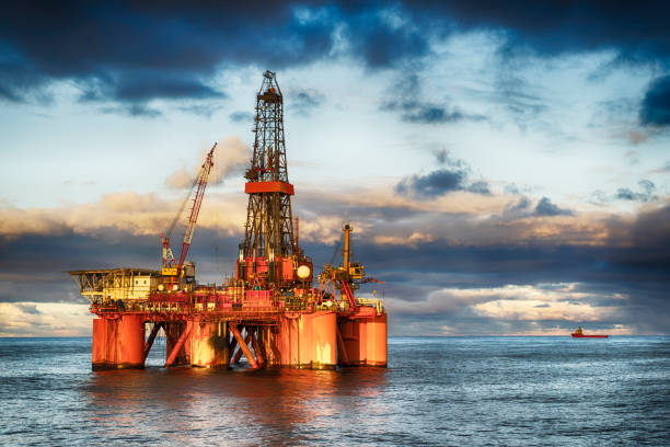 hdr of offshore drilling rig at day - benzina foto e immagini stock