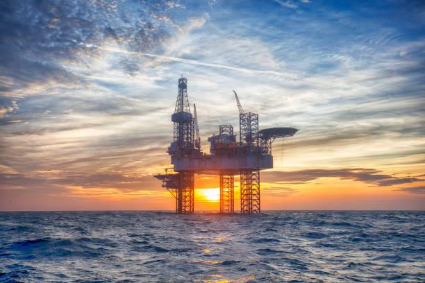 HDR de Offshore Jack Up Rig no meio do mar em tempo de sol - foto de acervo