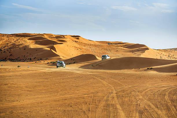 автомобили на дороге в вахиба - oman стоковые фото и изображения