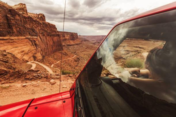 off-road shafer trail im canyon in der nähe von moab - colorado plateau stock-fotos und bilder