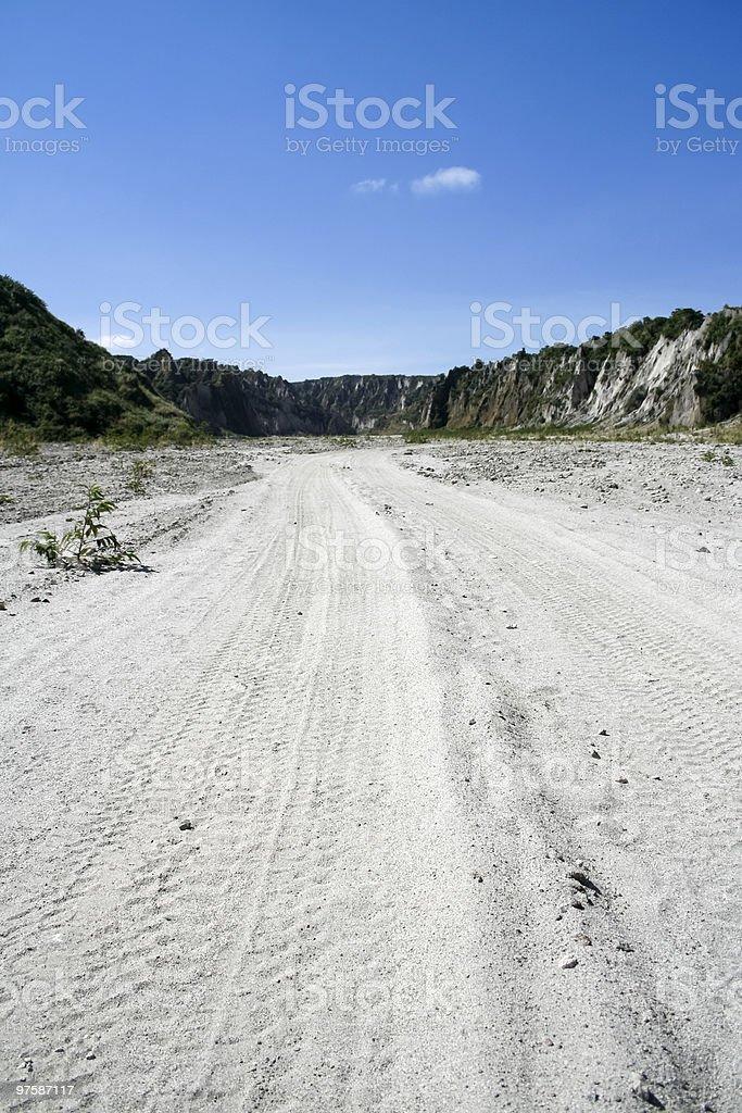 Traces de pneu sur route au Mont pinatubo photo libre de droits